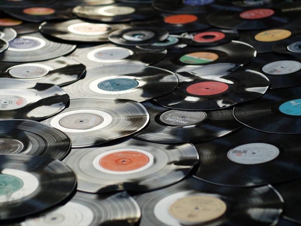 Le 5 Canzoni più belle da ascoltare in Aereo, aereo, spotify, playlist, canzoni, coldplay, billie eilish, goerge michael, phil collins